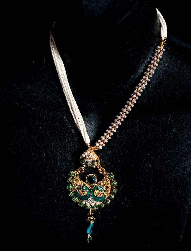 インド伝統アクセサリー ピーコックネックレス&ピアスセットの写真6 - ネックレスの写真です。マネキンにかけてみました。