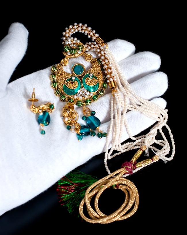 インド伝統アクセサリー ピーコックネックレス&ピアスセット 8 - このくらいのサイズ感になります
