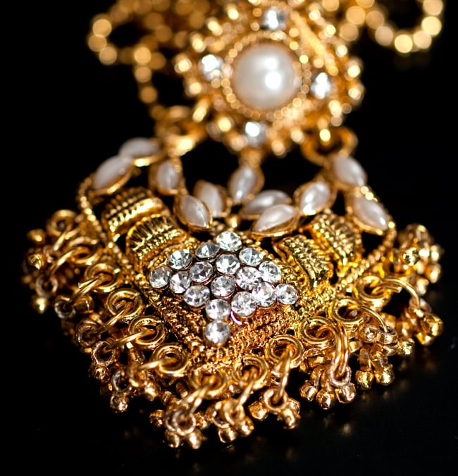 インド伝統アクセサリー ロンブスシェイプネックレス&ピアスセット 4 - ネックレスの拡大写真です。光を受けると美しく輝きます。