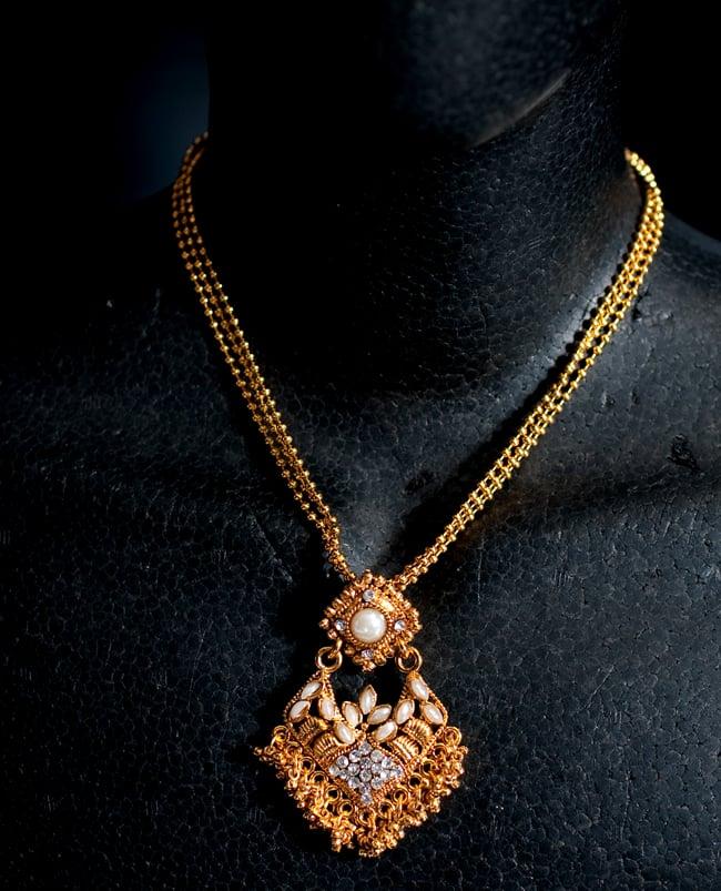 インド伝統アクセサリー ロンブスシェイプネックレス&ピアスセット 6 - ネックレスの写真です。マネキンにかけてみました。