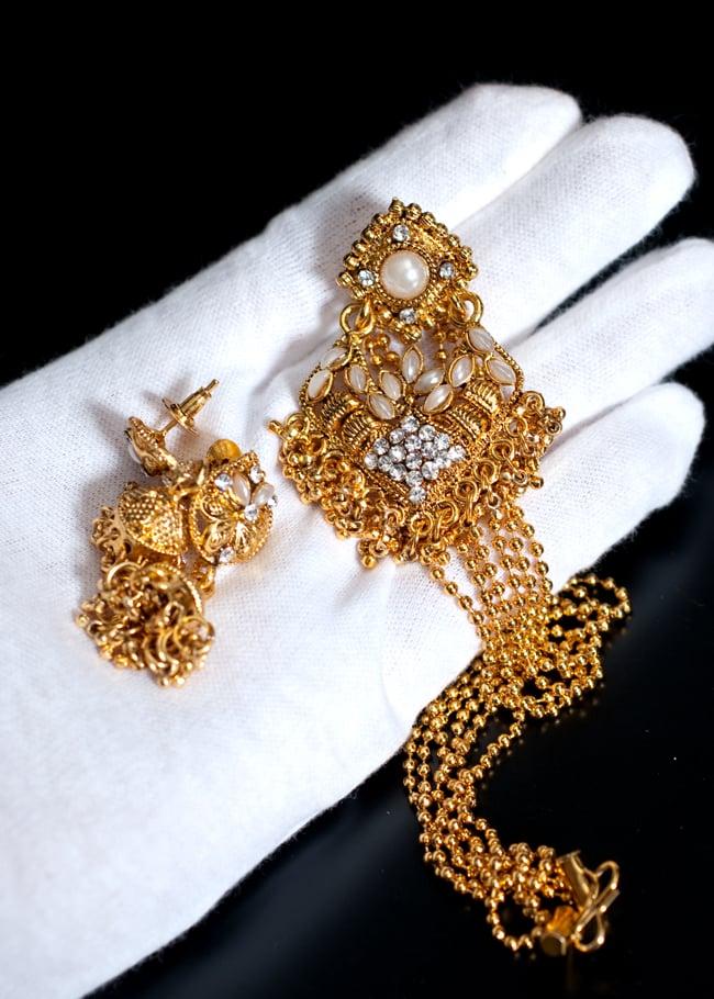インド伝統アクセサリー ロンブスシェイプネックレス&ピアスセット 8 - このくらいのサイズ感になります