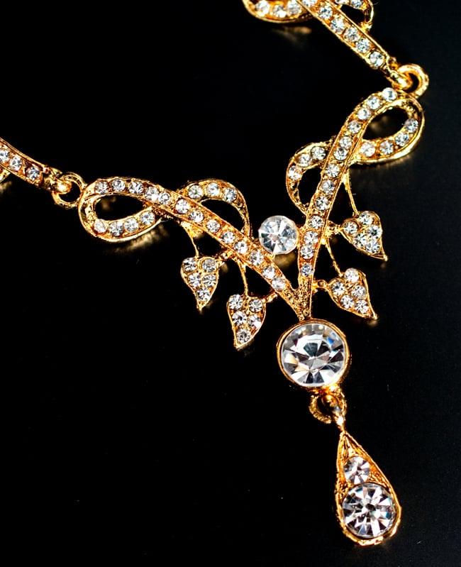 インド伝統アクセサリー シンプルラインストーンのネックレス&ピアスセットの写真4 - ネックレスの拡大写真です。光を受けると美しく輝きます。