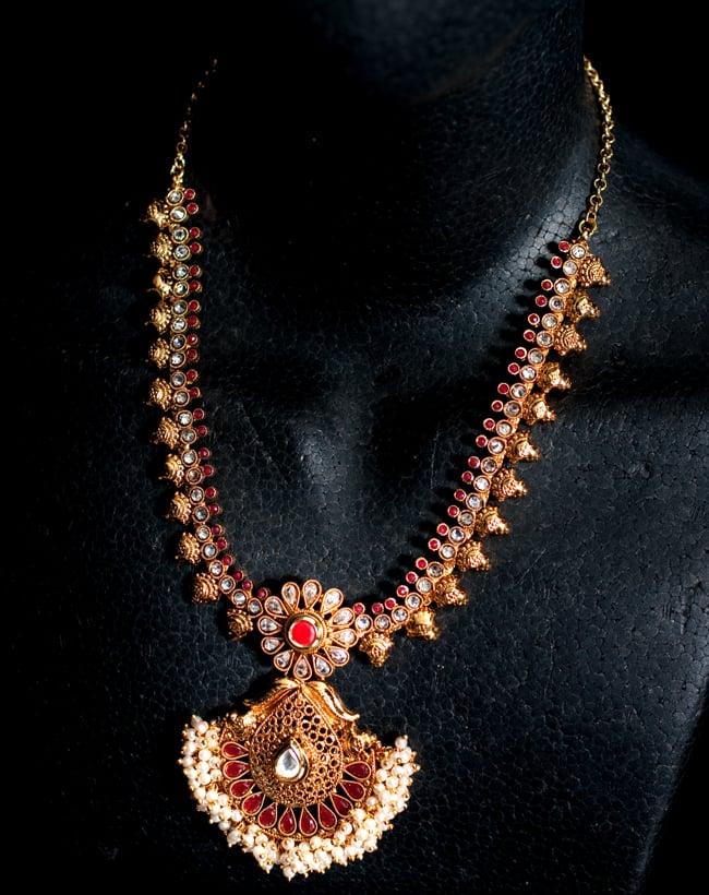 インド伝統アクセサリー クンダンネックレス&ピアスセット 6 - ネックレスをマネキンにかけてみました。