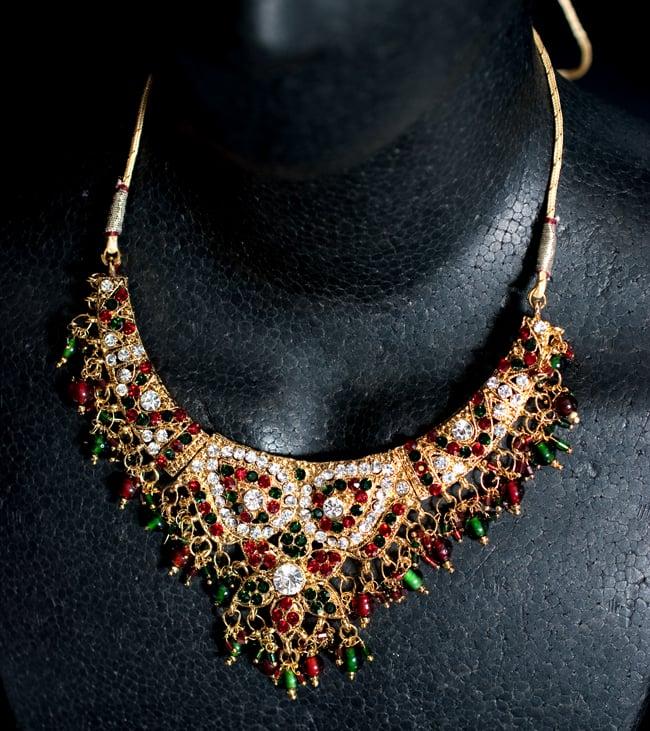 インドアクセサリー3点セット〔ネックレス、ピアス、ティッカ〕 - 赤×緑の写真7 - ネックレスをマネキンにかけてみました。
