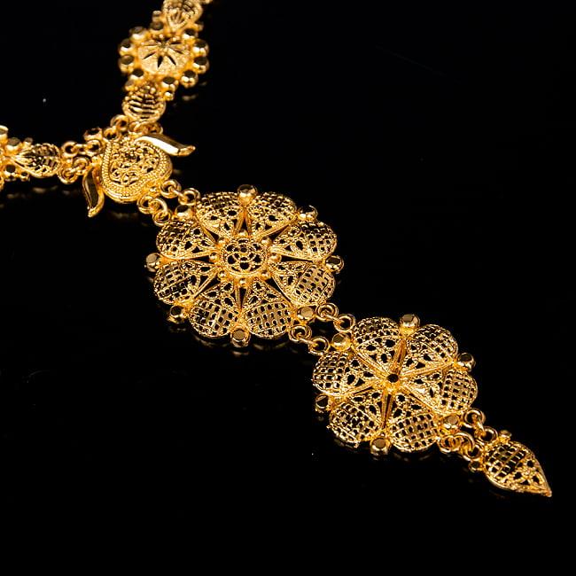 ゴージャス・ゴールド ネックレス&ピアスセット インド伝統アクセサリー 4 - ネックレスの拡大写真です。光を受けると美しく輝きます。