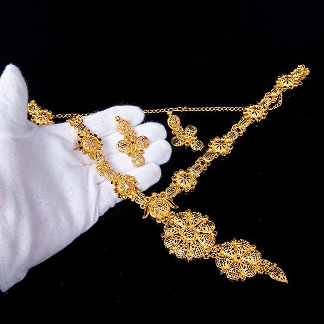 ゴージャス・ゴールド ネックレス&ピアスセット インド伝統アクセサリー 6 - このようなサイズ感になります