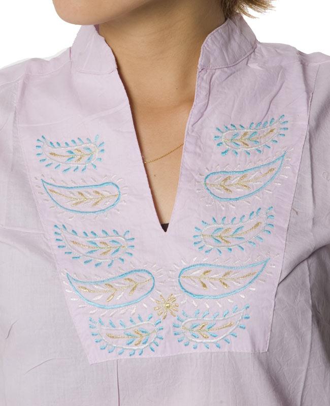 ペイズリー刺繍のルームウェア 【パープル】 2 - 胸元をアップにしてみました。インドらしい刺繍が可愛いです!