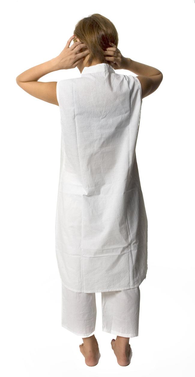 ペイズリー刺繍のルームウェア 【ホワイト】 4 - 後ろ姿はシンプルです。