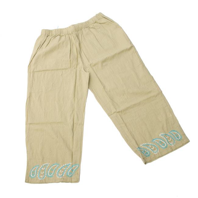 ペイズリー刺繍のルームウェア 【ホワイト】 8 - パンツはこんな形です。ゆったり目なのでリラックスタイムにピッタリです。(こちらは色違いです。)