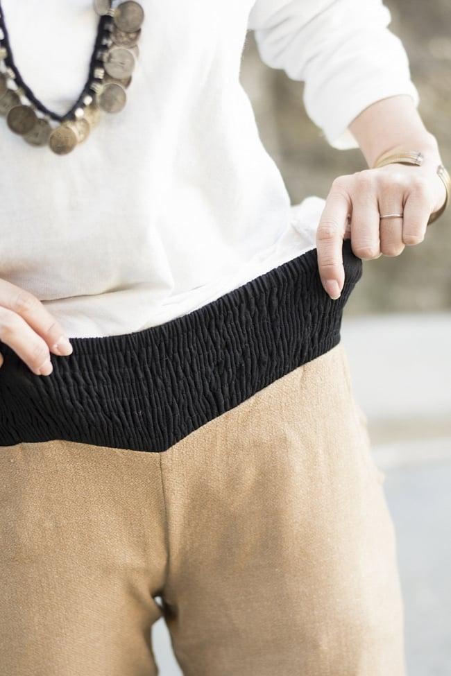 インディアン刺繍のボヘミアンワイドパンツ 4 - ウエストは伸縮性があるので着こなしが楽になっています
