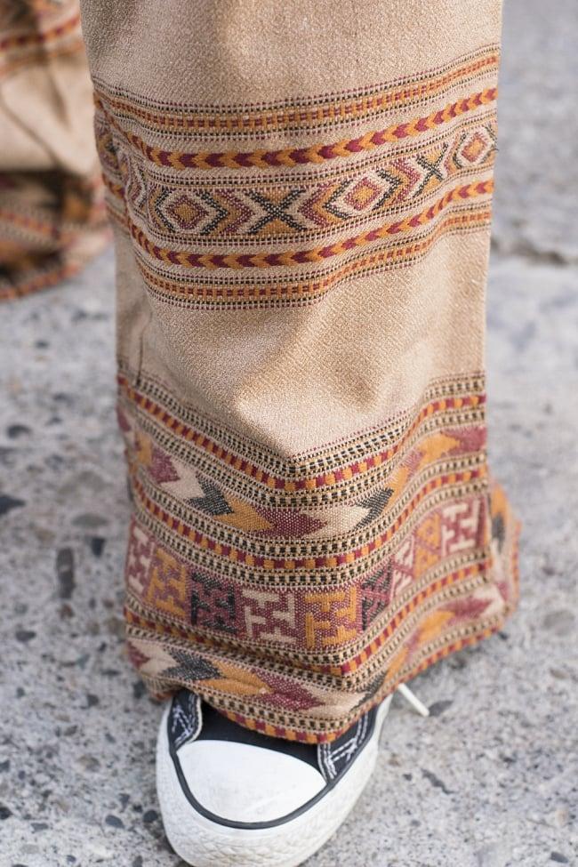 インディアン刺繍のボヘミアンワイドパンツ 5 - 裾周りには細やかな刺繍が配置されています。