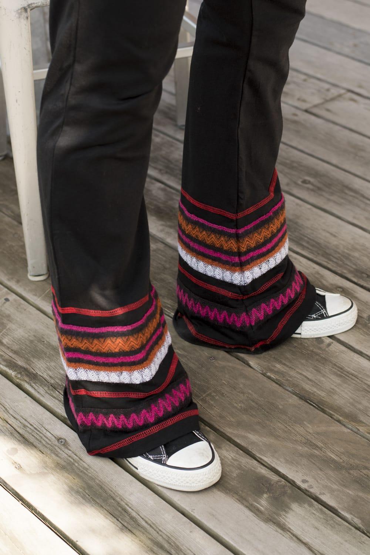 ストレッチ生地のブーツカットパンツ 3 - 裾周りの様子です。ブーツカットで足が長く見えます