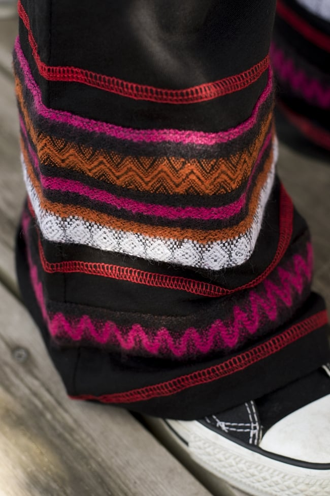 ストレッチ生地のブーツカットパンツ 5 - 裾にはトライバルな刺繍が配置されています。