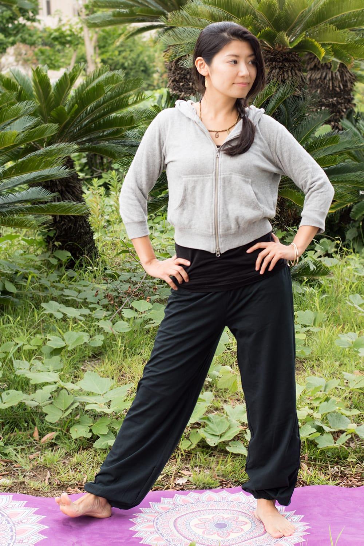 ストレッチ生地のリラックスパンツ 5 - 選択C:ブラック ゆったりしたパンツですが、シルエットはスマートです。(モデルさん身長165cm)
