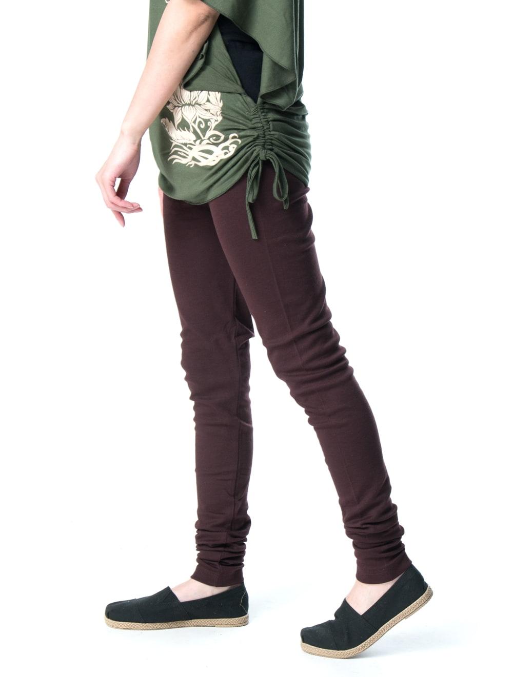 リラックスソフトレギンスパンツ 柔らかな質感が気持ちいい 5 - 身長159cmのモデルさん【選択4:ブラウン】着用例です。横から見てもスッキリ!