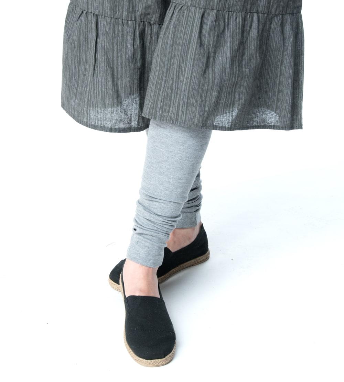 リラックスソフトレギンスパンツ 柔らかな質感が気持ちいい 6 - 【選択7:ライトグレー】の着用例です。ワイドパンツと合わせてもいい感じに。
