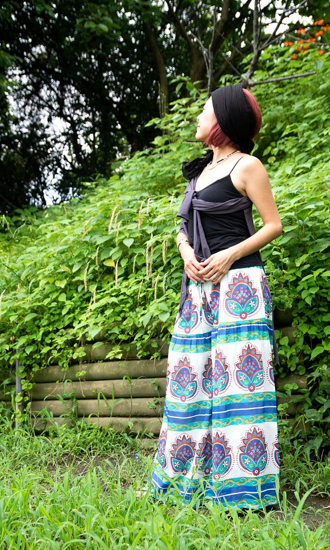 エスニックな伝統柄が個性的 コットンワイドパンツ 2 - 身長152cmの着用例です。丈が長いので、ヒールのあるサンダルを履いています。