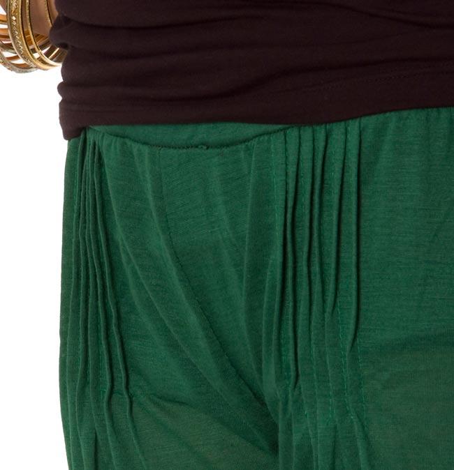 シャーリング ストレッチパンツ-ショート 【緑】 3 - ウェスト部分をアップにしてみました。シャーリングがポイントです。