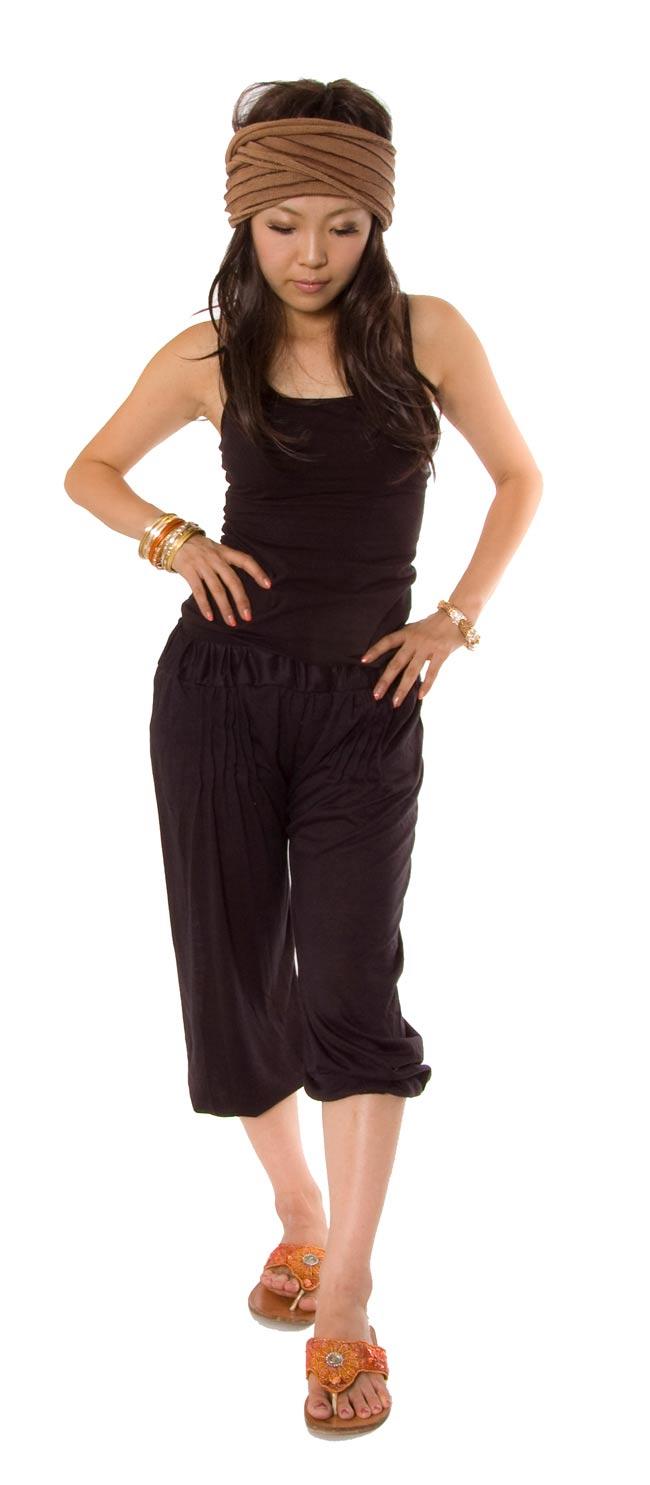 シャーリング ストレッチパンツ-ショート 【深紫】 4 - 裾がゴムですので、こんなふうにちょっと上げて着ていただいても良いですね。