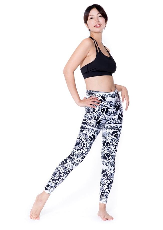フルグラフィック マンダラ美脚ヨガレギンス - モノトーンマンダラ 2 - 全体写真です。とても着心地がよく動きやすいので、ヨガやピラティス、フィットネスなど様々な用途へおすすめ。