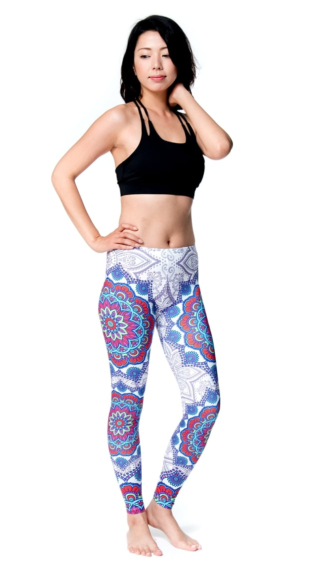 フルグラフィック マンダラ美脚ヨガレギンス - アーリーサマー 2 - 全体写真です。とても着心地がよく動きやすいので、ヨガやピラティス、フィットネスなど様々な用途へおすすめ。