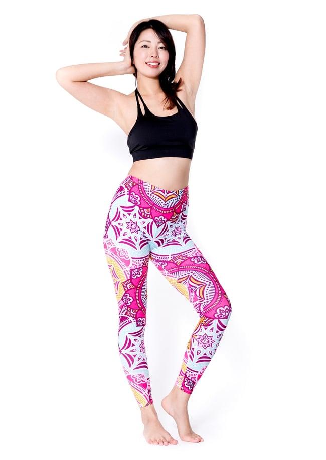 フルグラフィック マンダラ美脚ヨガレギンス - ピンク系サイケデリックマンダラ 2 - 全体写真です。とても着心地がよく動きやすいので、ヨガやピラティス、フィットネスなど様々な用途へおすすめ。