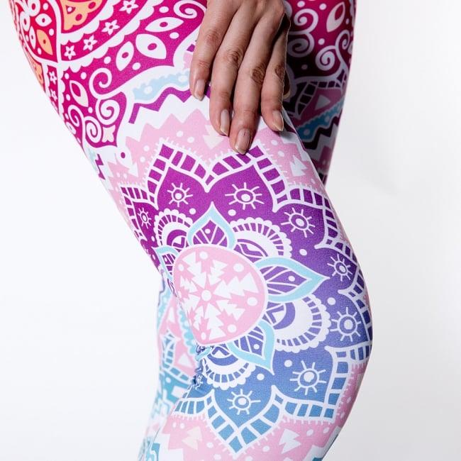 フルグラフィック マンダラ美脚ヨガレギンス - トワイライトスカイの写真6 - 肌触りの良い生地が使われています
