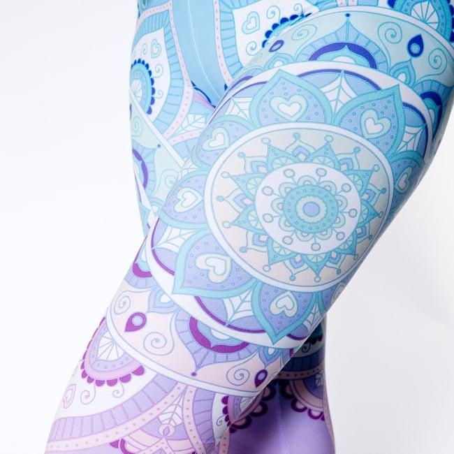 フルグラフィック マンダラ美脚ヨガレギンス - 水色パープルの写真5 - 拡大写真です