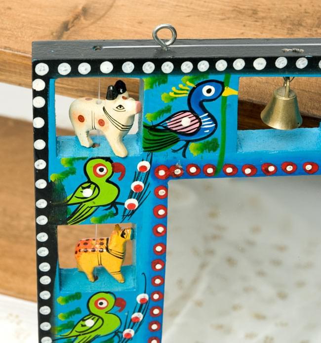 インドの動物 鏡&フォトフレーム【小・水色】の写真3 - 左上部です。軽く揺らすと鈴がなります。フックが付いているので、簡単に壁に掛けることができます。