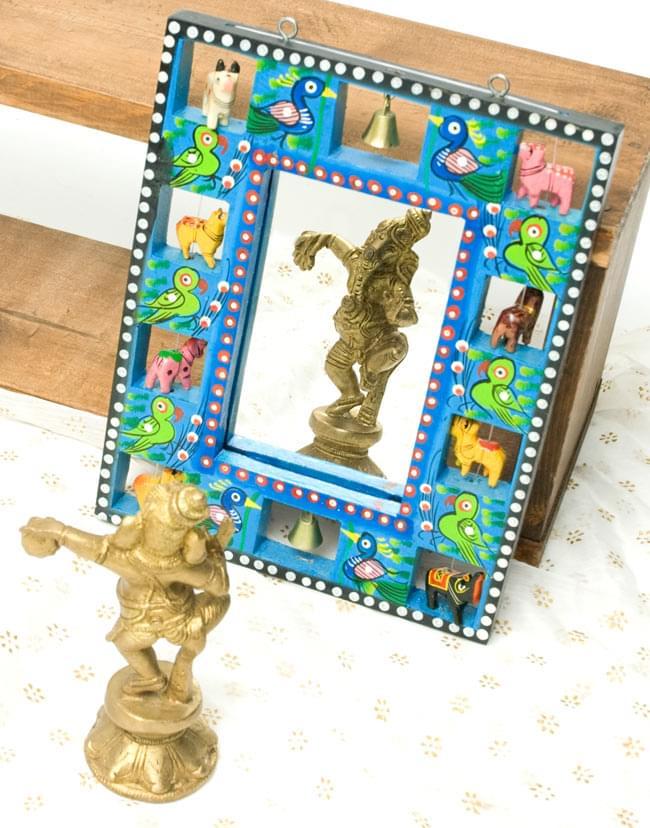 インドの動物 鏡&フォトフレーム【小・水色】の写真4 - 付属の鏡にオブジェを映してみました。