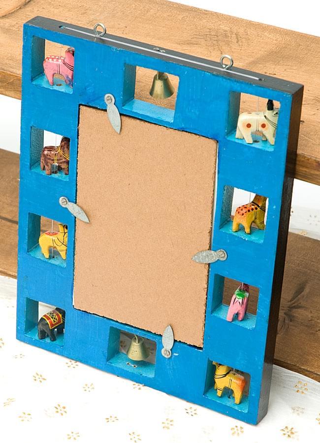インドの動物 鏡&フォトフレーム【小・水色】の写真6 - 裏面はお洒落な青色で塗られています。手塗りの味わいがありますね。鏡は簡単に取り外すことができ、写真などと差し替えることができます。