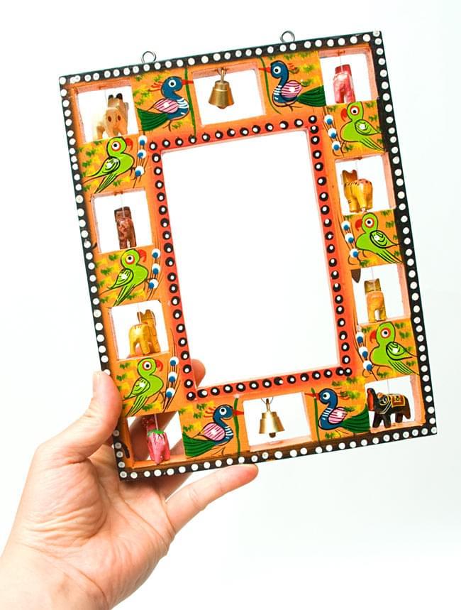 インドの動物 鏡&フォトフレーム【小・水色】の写真7 - 大きさの参考のため、男性スタッフが手に持ってみました。こちらは同じ大きさのカラー違いの商品です。