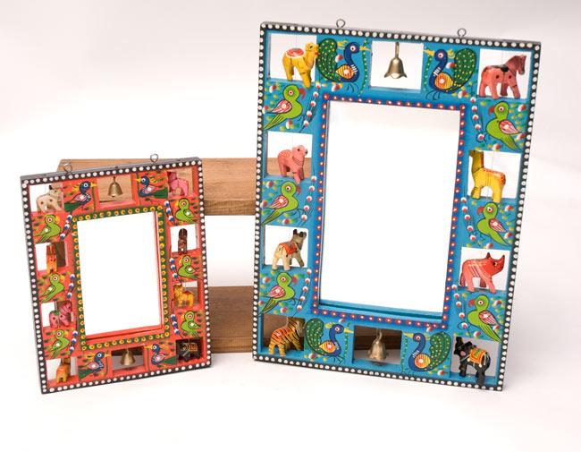 インドの動物 鏡&フォトフレーム【小・水色】の写真8 - 大きさの比較のため、大きなタイプの鏡/フォトフレームと並べてみました。こちらは同種の商品のカラー違いの品(赤)です。