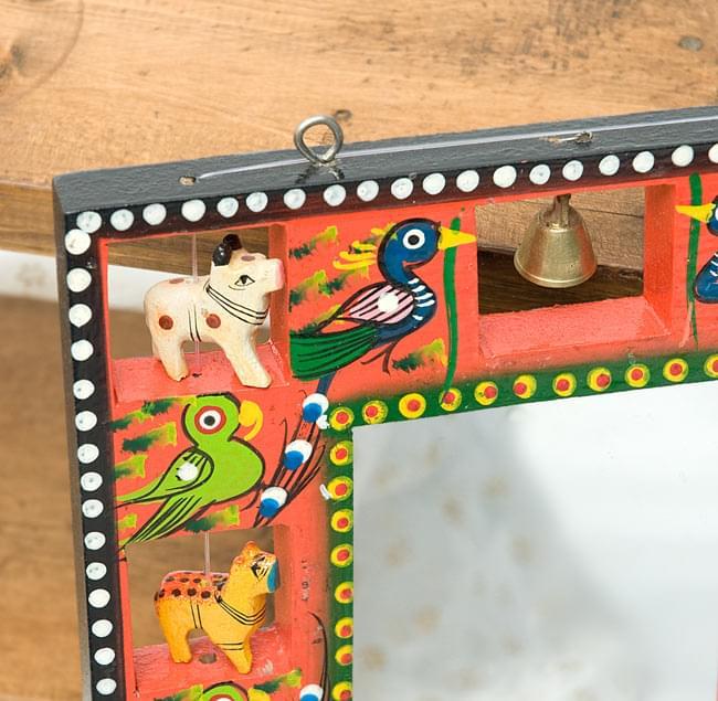インドの動物 鏡&フォトフレーム【小・赤】の写真3 - 左上部です。軽く揺らすと鈴がなります。フックが付いているので、簡単に壁に掛けることができます。