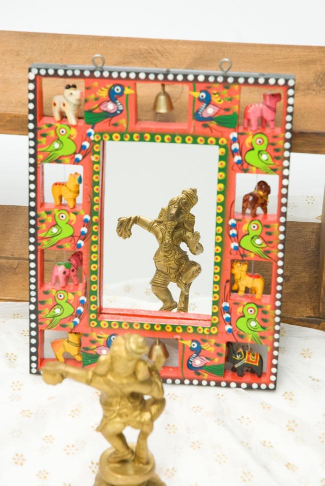 インドの動物 鏡&フォトフレーム【小・赤】の写真4 - 付属の鏡にオブジェを映してみました。