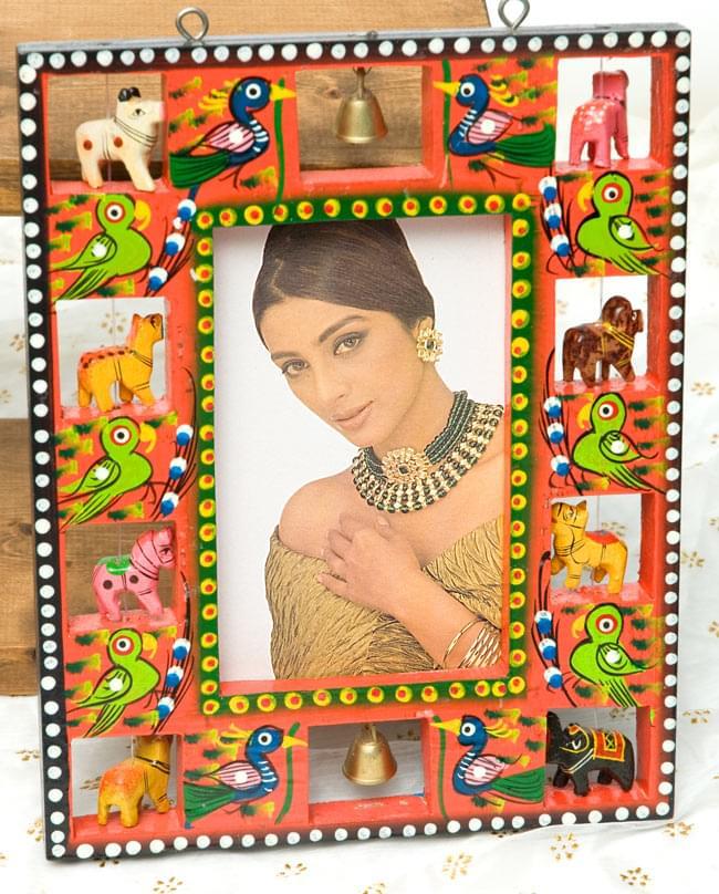 インドの動物 鏡&フォトフレーム【小・赤】の写真5 - 約9.5cm×約15cmのポストカードを差し込んでみました。
