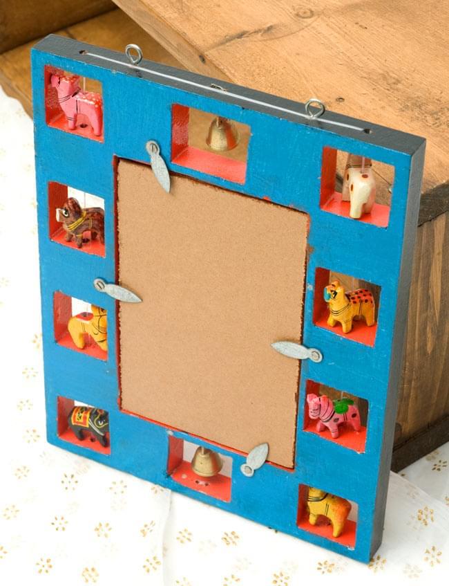 インドの動物 鏡&フォトフレーム【小・赤】の写真6 - 裏面はお洒落な青色で塗られています。手塗りの味わいがありますね。鏡は簡単に取り外すことができ、写真などと差し替えることができます。