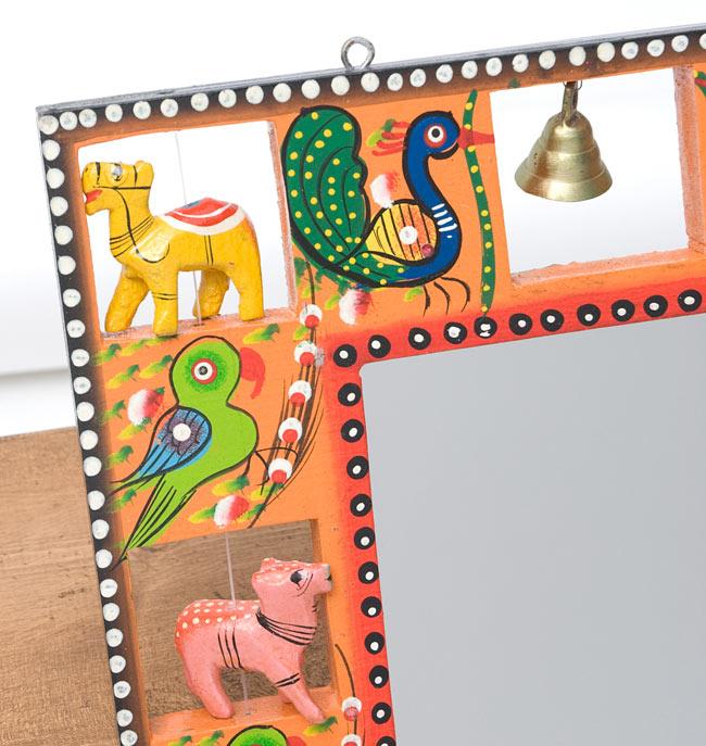 インドの動物 鏡&フォトフレーム【大・オレンジ】の写真3 - 左上部です。軽く揺らすと鈴がなります。また、フックが付いているので、簡単に壁に掛けることができます。