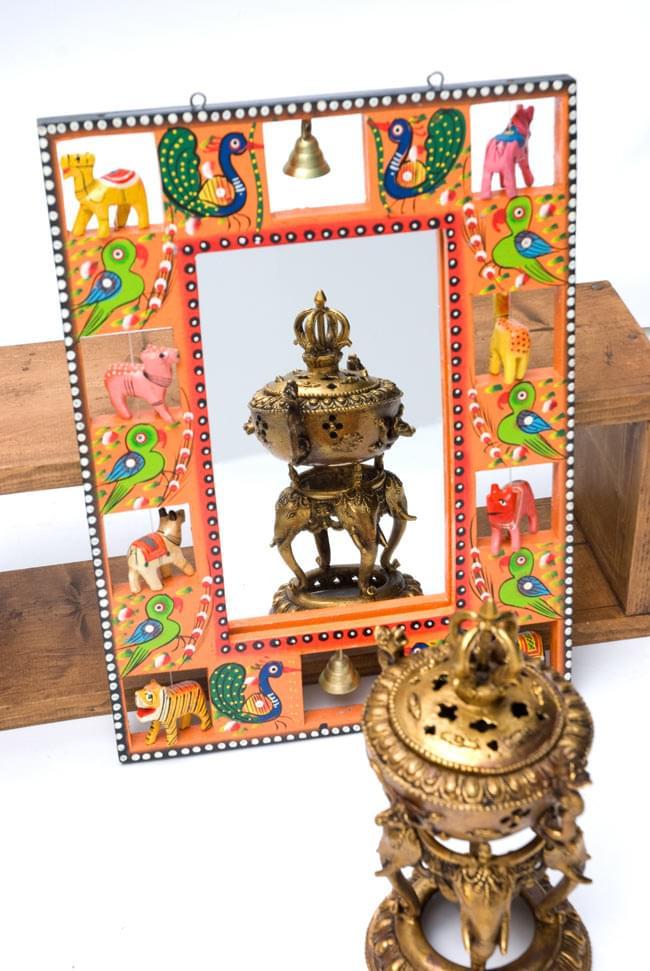 インドの動物 鏡&フォトフレーム【大・オレンジ】の写真4 - 付属の鏡にオブジェを映してみました。