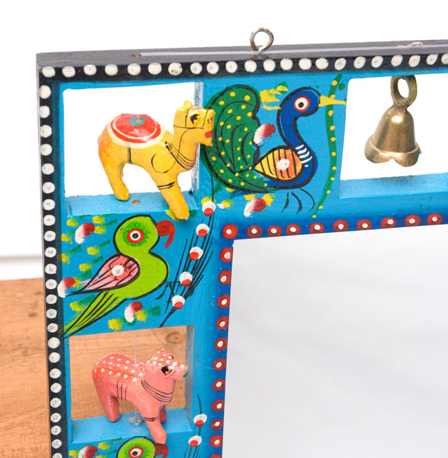 インドの動物 鏡&フォトフレーム【大・水色】の写真3 - 左上部です。軽く揺らすと鈴がなります。また、フックが付いているので、簡単に壁に掛けることができます。