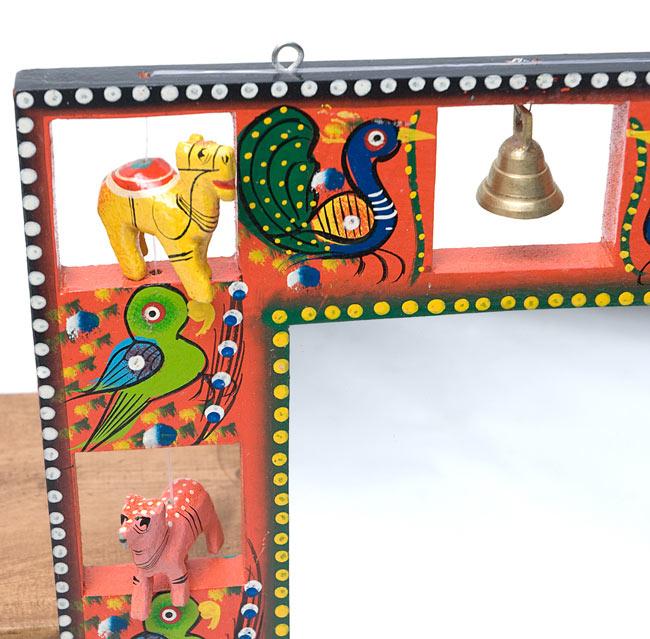 インドの動物 鏡&フォトフレーム【大・赤】の写真3 - 左上部です。軽く揺らすと鈴がなります。また、フックが付いているので、簡単に壁に掛けることができます。