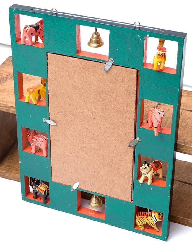 インドの動物 鏡&フォトフレーム【大・赤】の写真5 - 裏面はこのような色で塗られています。手塗りならではの味わいがありますね。鏡は簡単に取り外すことができ、写真などと差し替えることができます。