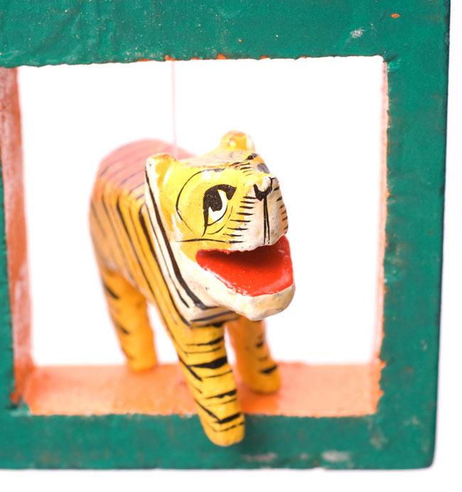インドの動物 鏡&フォトフレーム【大・赤】の写真6 - 虎さんを拡大してみました。こんにちは。(こちらはカラー違いの同種の商品です)