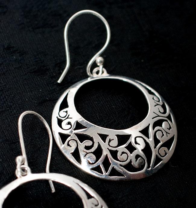 [シルバー925]インドの手作りシルバーピアス[唐草] 2 - 拡大写真です。