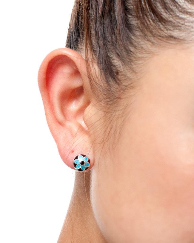 [シルバー925]ムガルのシルバーピアス[丸形(1cm)] 18 - 商品をモデルさんが試しにつけてみたときの写真です。さり気ない存在感がとてもかわいいピアスです。