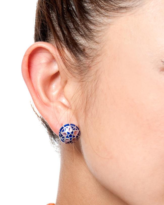 [シルバー925]ムガルのシルバーピアス[丸形(1.5cm)] - 黒×青×ピンク系 11 - 同ジャンル品を試しにモデルさんが着用してみたところです。