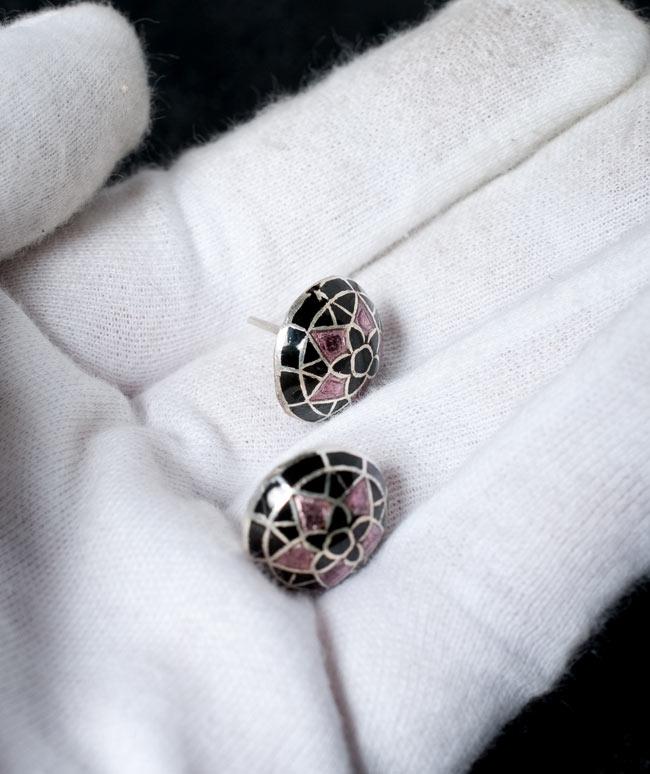 [シルバー925]ムガルのシルバーピアス[丸形(1.5cm)] - 黒×青×ピンク系 4 - サイズを感じていただく為、手に乗せてみたところです。お送りする商品は、下の写真からお選びいただけます。それぞれ一点物になります。