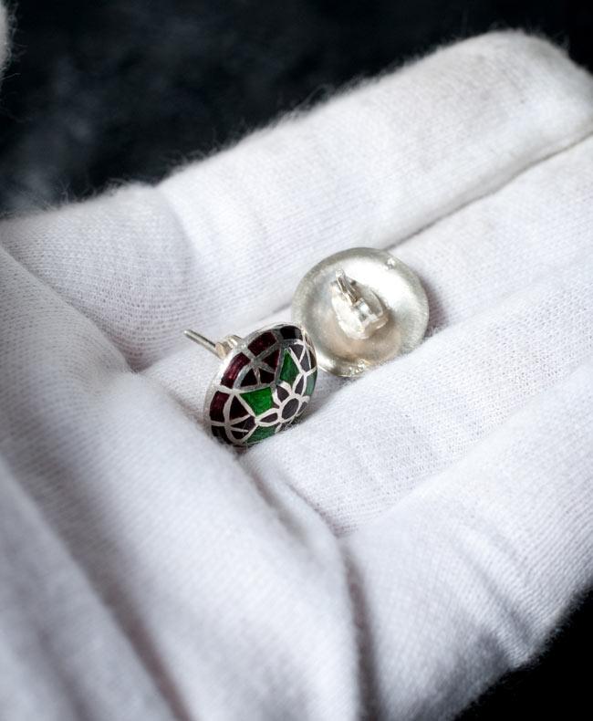 [シルバー925]ムガルのシルバーピアス[丸形(1.5cm)] - 黒×青×緑系 4 - サイズを感じていただく為、手に乗せてみたところです。お送りする商品は、下の写真からお選びいただけます。それぞれ一点物になります。