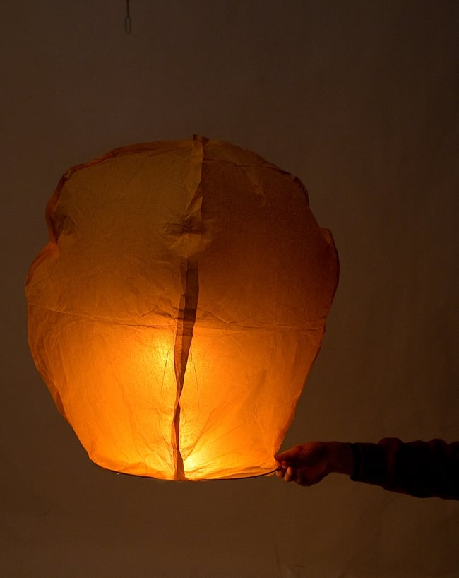 大空に舞い上がるスカイランタン ホワイト系【アジアの文化紹介用・無保証・100個セット】 11 - 実際に火をつけてみました。