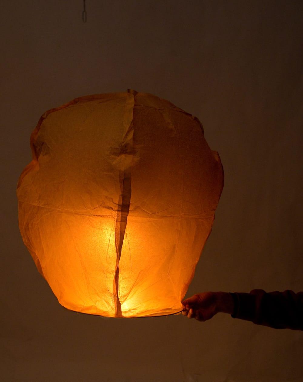 大空に舞い上がるスカイランタン ミックスカラー【アジアの文化紹介用・無保証・100個セット】 11 - 実際に火をつけてみました。